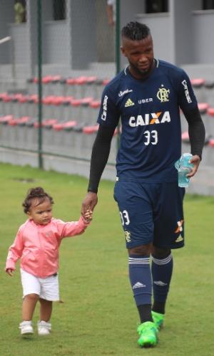 Rafael Vaz acompanha a filha durante treino do Flamengo