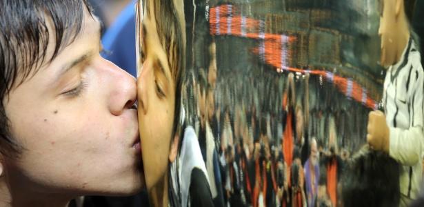 Romero beija o troféu: campeão paulista como titular do Corinthians