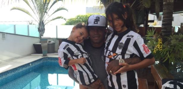 Maicosuel posa para foto ao lado das filhas Belinha e Eduarda