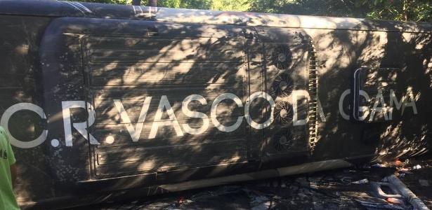 Ônibus do Vasco tombou na estrada, no caminho de Friburgo para o Rio de Janeiro