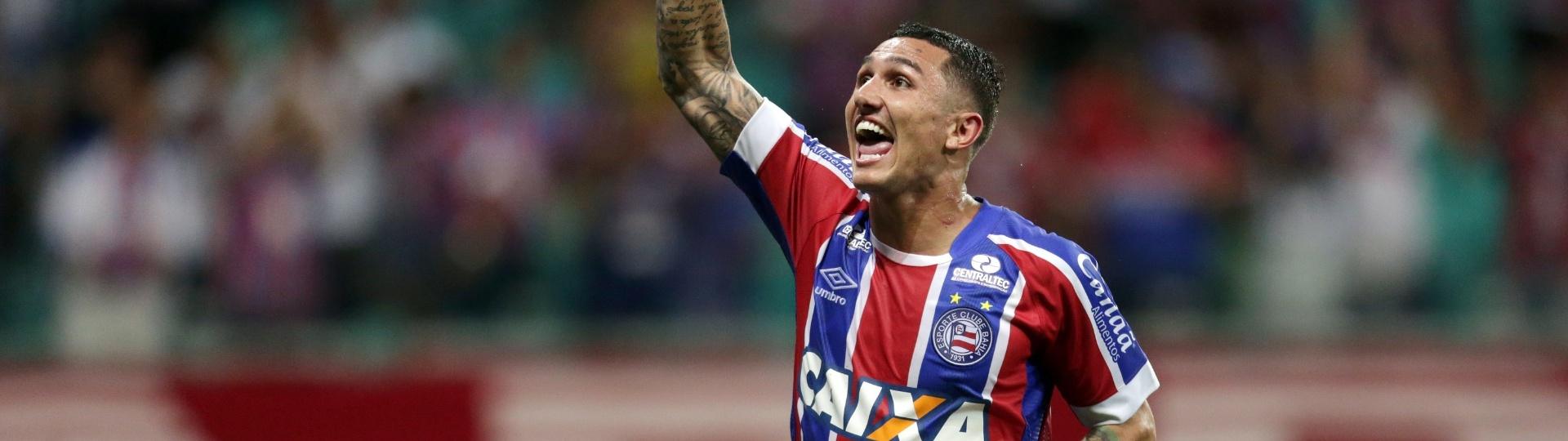 Vinícius comemora gol do Bahia diante do Atlético-GO