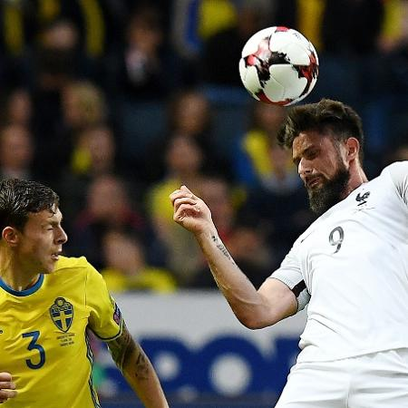 Giroud e Lindelof disputam lance no jogo entre Suécia e França - Franck Fife/AFP