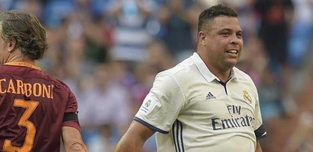 Ronaldo com a camisa do Real Madrid em jogo de veteranos contra a Roma
