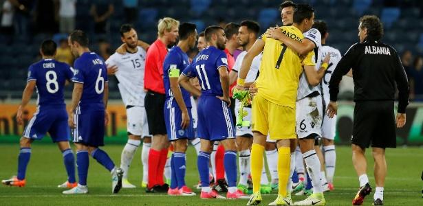 Jogadores de Israel e Albânia se cumprimentam após jogo disputado em Haifa, dia 11/06/2017