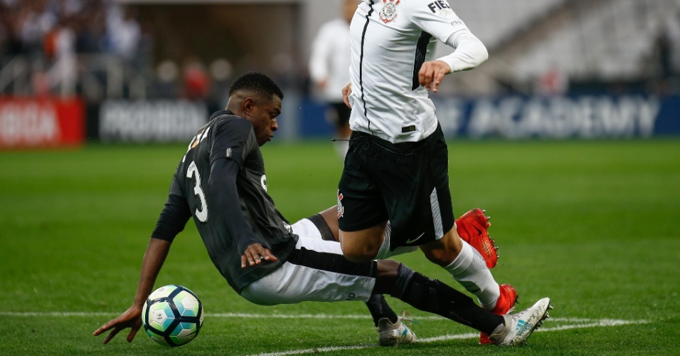 Arana é derrubado por Marcelo Conceição fora da área, mas árbitro assinala pênalti para o Corinthians