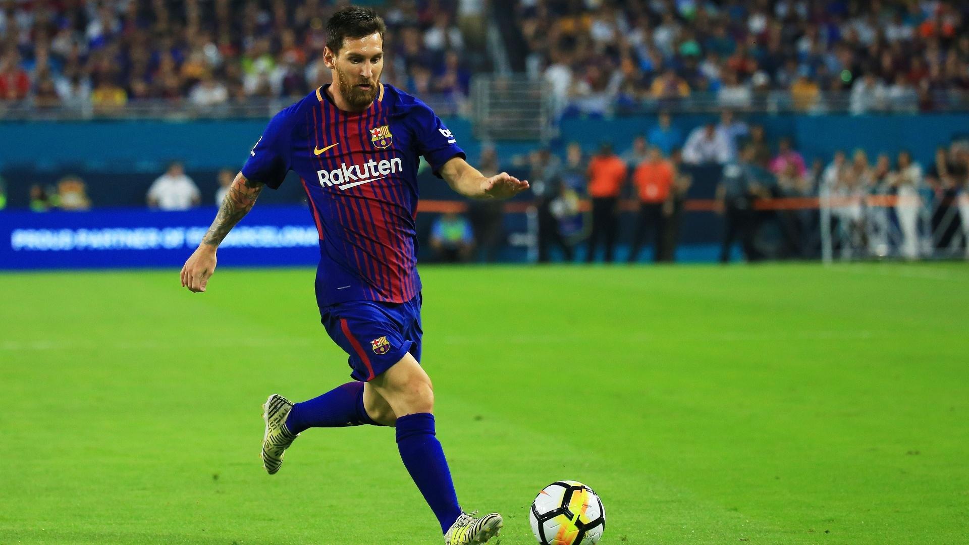 Messi conduz a bola durante o clássico entre Real Madrid e Barcelona nos Estados Unidos
