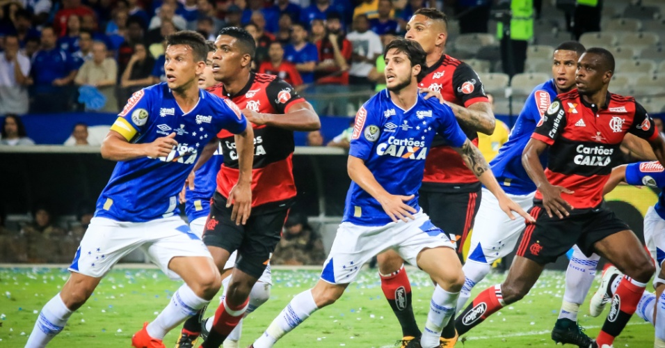 Jogadores de Cruzeiro e Flamengo aguardam cobrança de falta no Mineirão