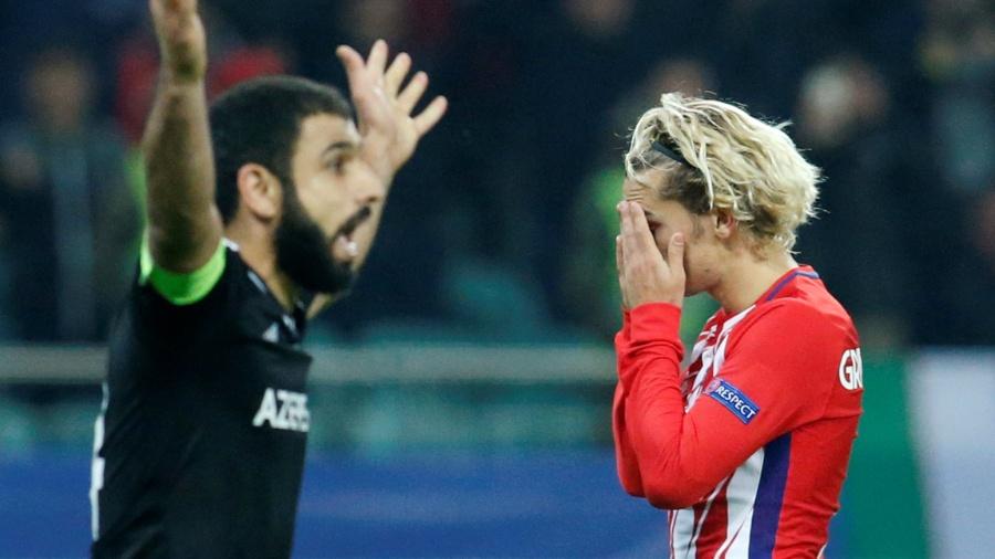 Griezmann se lamenta durante a partida do Atlético de Madri contra o Qarabag - REUTERS/David Mdzinarishvili