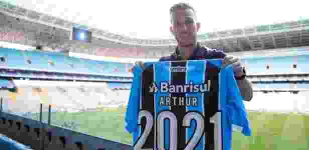 Arthur, volante do Grêmio, exibe camisa do clube após renovar contrato até 2021 - Divulgação/Grêmio