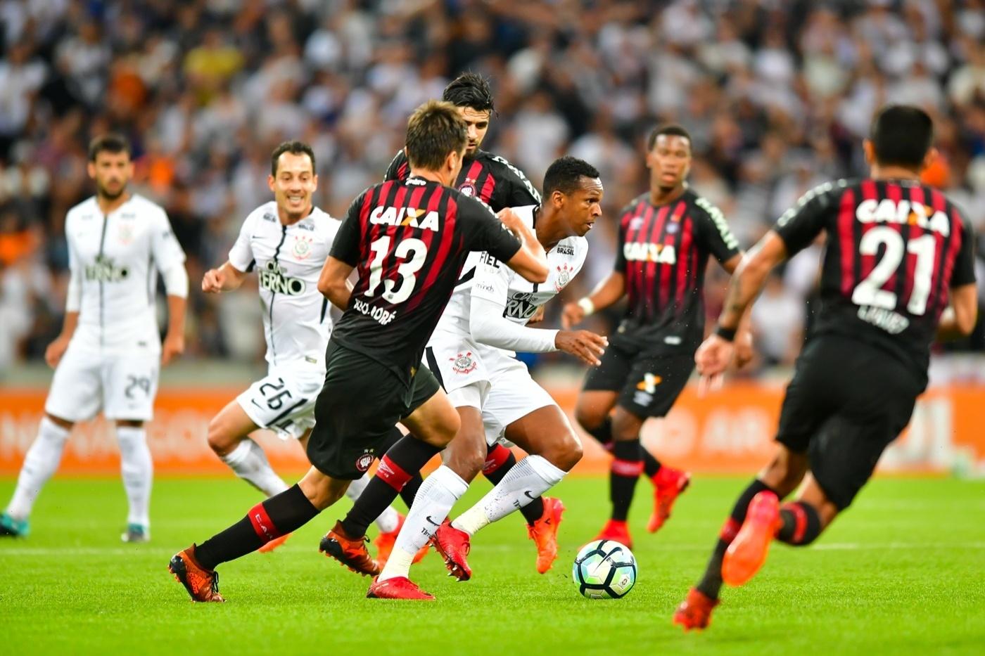 Jô, do Corinthians, é cercado por três jogadores do Atlético-PR