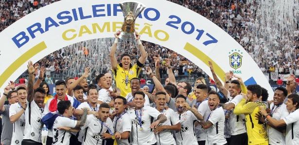 Cássio, do Corinthians, levanta a taça do Campeonato Brasileiro de 2017