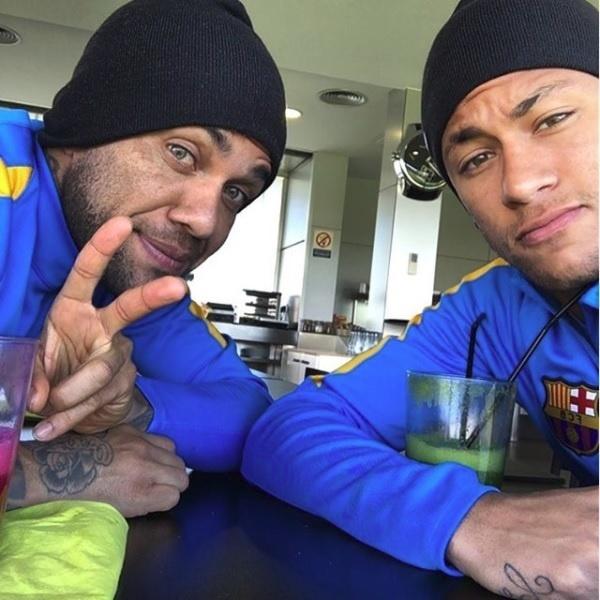Neymar e Daniel Alves no café da manhã do Barcelona, em novembro de 2015