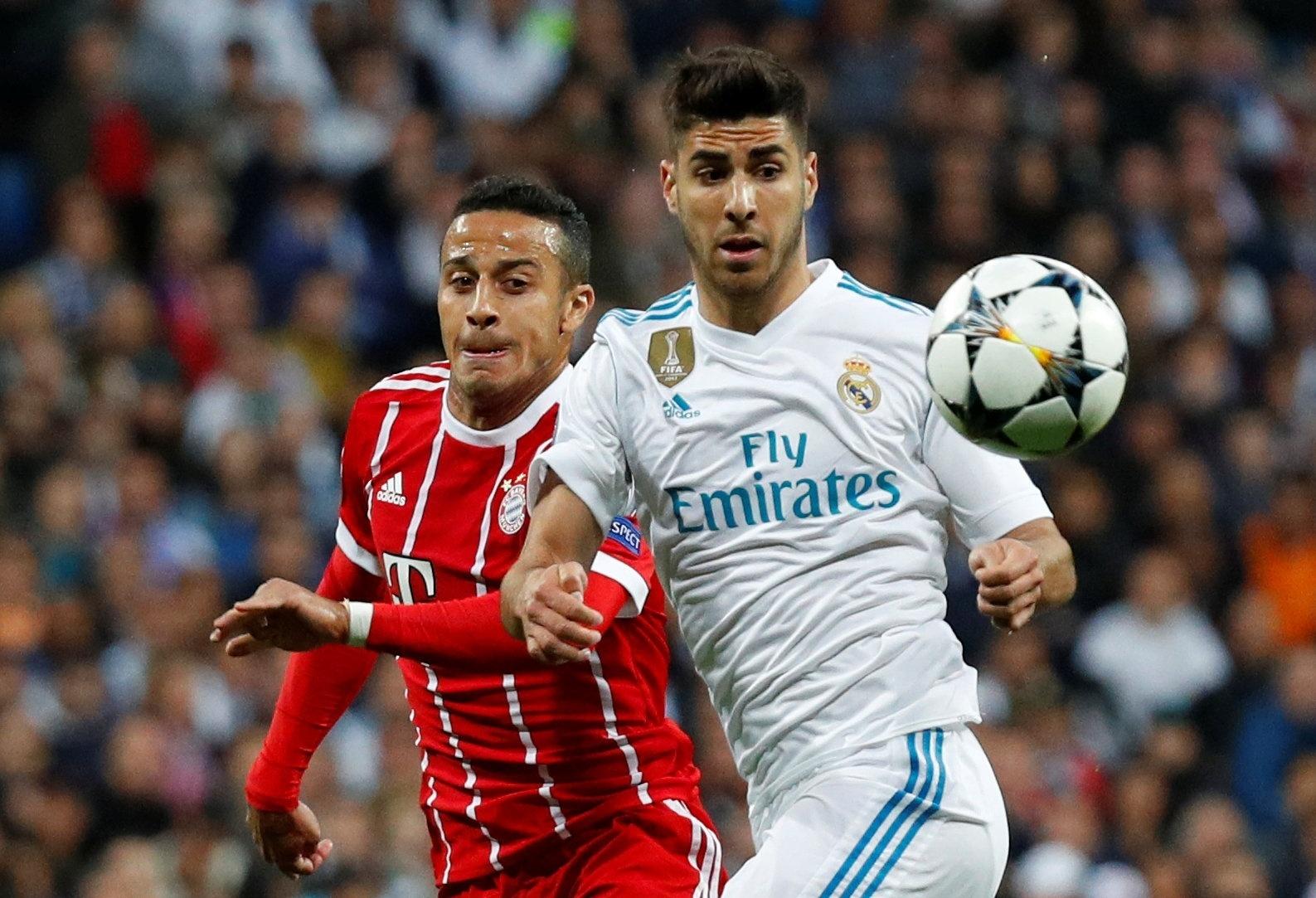 Asensio e Thiago Alcântara disputam jogada em confronto realizado no Santiago Bernabéu