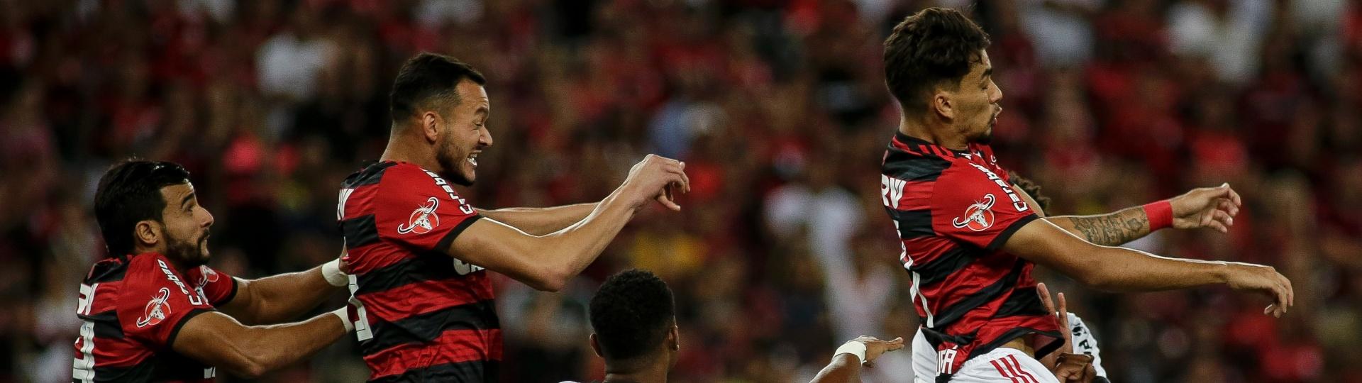 Lance da partida entre Flamengo e Ponte Preta, pela Copa do Brasil
