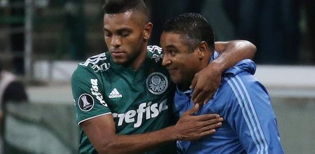 Roger comemora com Borja um dos três gols do palmeirense contra o Junior