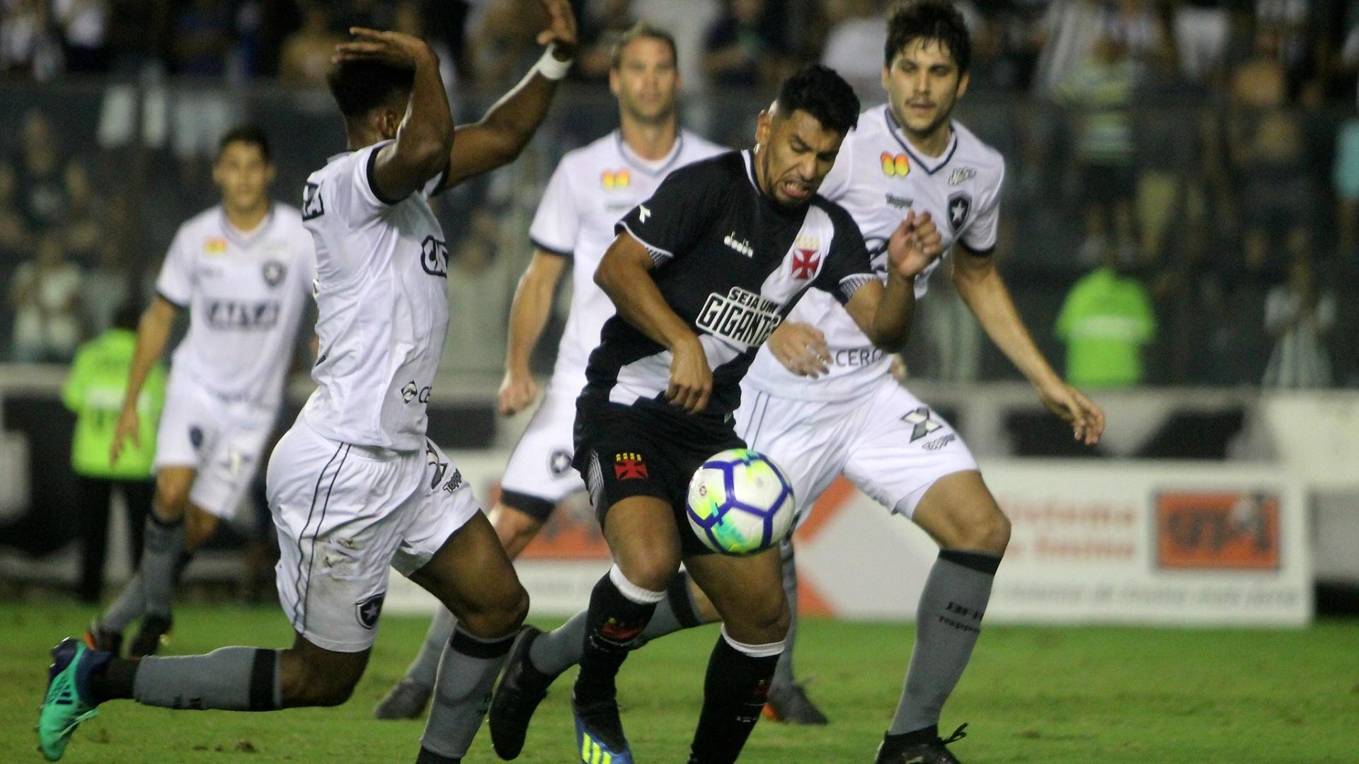 Marcado, Andrés Rios tenta a finalização no clássico Vasco x Botafogo
