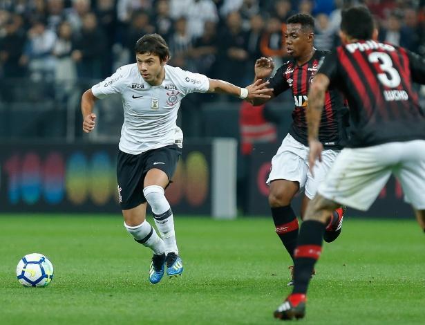 Wellington na marcação: volante disputa posição com Bruno Guimarães - Marcello Zambrana/AGIF