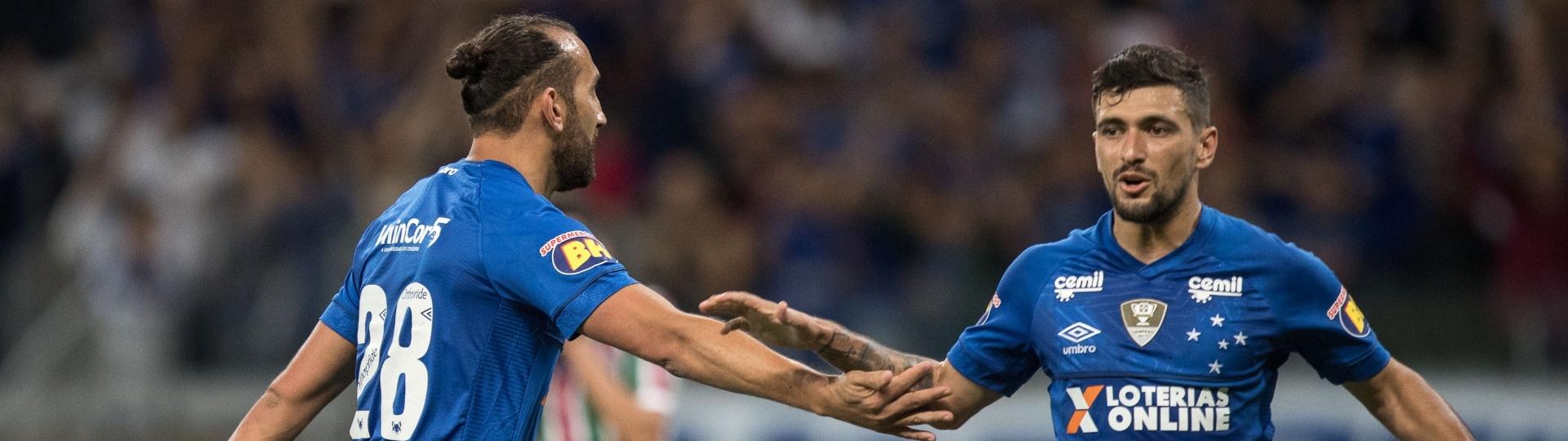 Jogadores do Cruzeiro comemoram segundo gol contra o Fluminense
