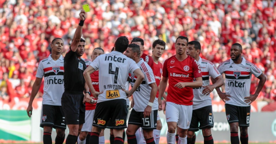 Em Inter x São Paulo, Anderson Martins recebe terceiro cartão amarelo e fica suspenso