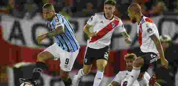 Jael em ação pelo Grêmio durante jogo contra o River Plate - Marcos Brindicci/Reuters