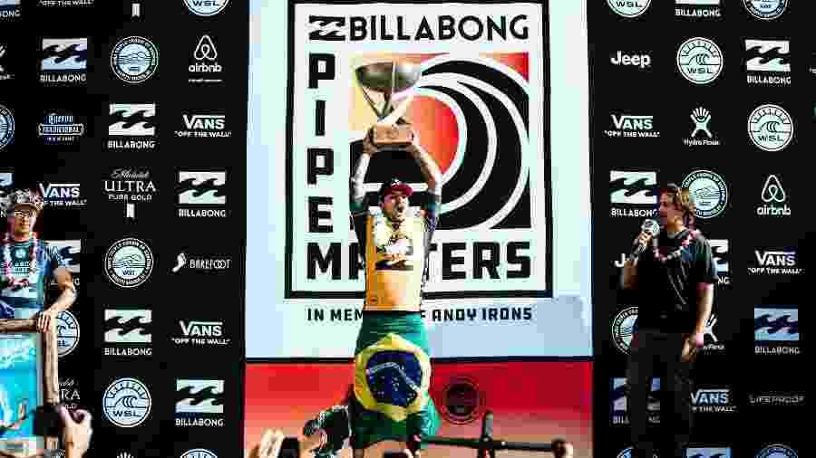 Gabriel Medina ergue troféu de campeão mundial - WSL / ED SLOANE