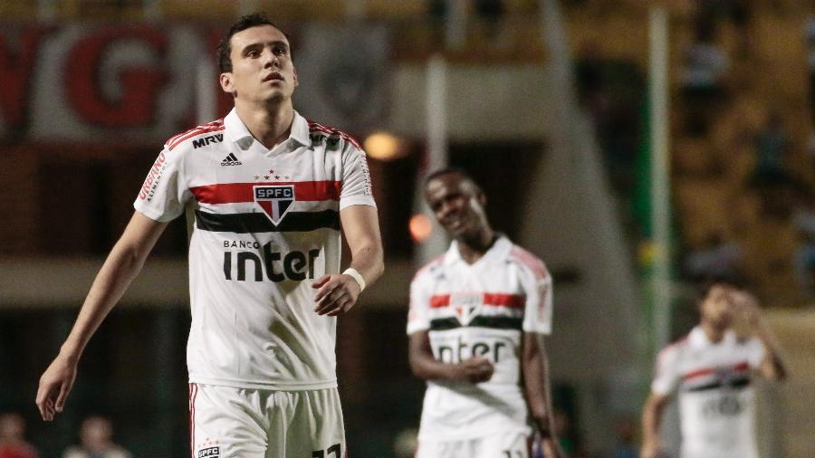 Jogadores do São Paulo em ação na partida entre São Paulo e Guarani, no Pacaembu, marcada por derrota são-paulina - Marcello Zambrana/AGIF