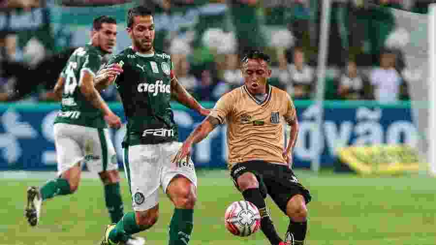 Luan, zagueiro do Palmeiras, disputa lance com Cueva, meia do Santos - Ale Cabral/AGIF