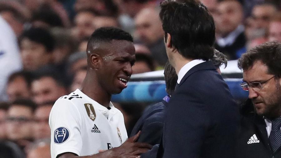 Vinicius Júnior deixa campo chorando após se lesionar em Real Madrid x Ajax - REUTERS/Sergio Perez ORG
