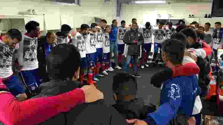 Jogadores usaram camiseta branca com foto de Adherbal levantando a taça de campeão baiano - Divulgação/EC Bahia