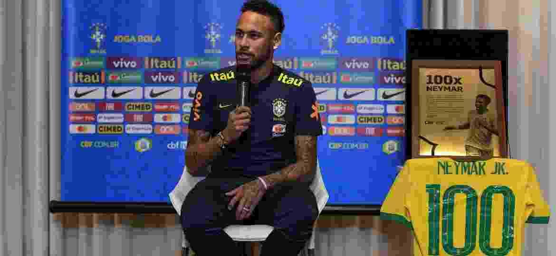 Neymar recebe camisa comemorativa para os 100 jogos com a seleção brasileira - Pedro Martins/Mowa Press