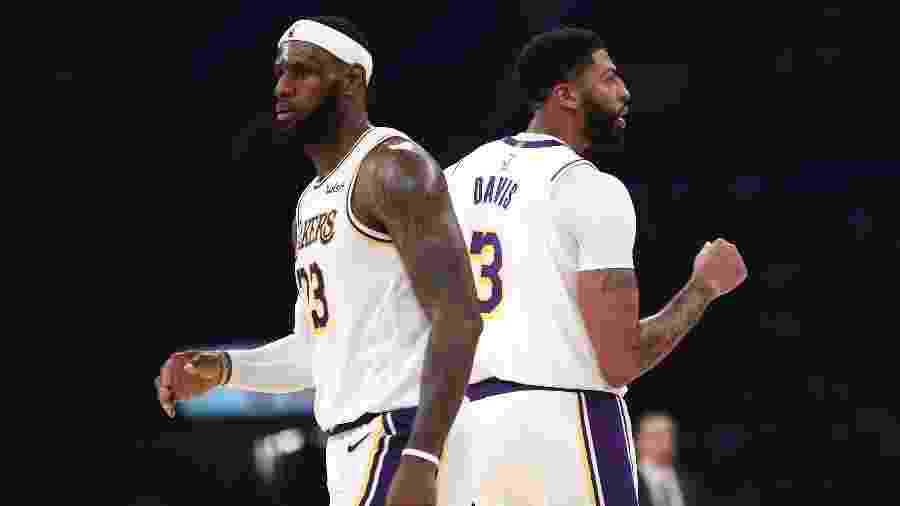 LeBron James e Anthony Davis durante partida dos Lakers contra os Warriors pela pré-temporada da NBA - Sean M. Haffey / GETTY IMAGES NORTH AMERICA / AF