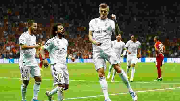 Hazard observa Kroos comemorando o gol da vitória sobre o Galatasaray - REUTERS/Kemal Aslan