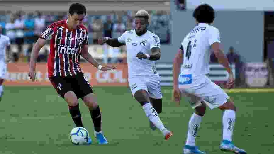 Pablo, atacante do São Paulo, disputa bola com Marinho, atacante do Santos, durante partida na Vila Belmiro, pelo Campeonato Brasileiro - Bruno Ulivieri/AGIF