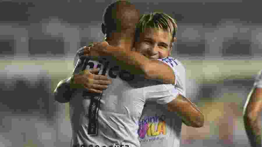 Soteldo abraça Carlos Sánchez durante o jogo entre Santos e Botafogo-SP - Santos FC/Divulgação