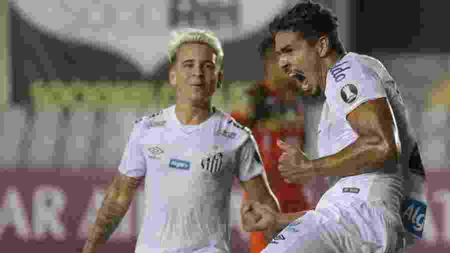 Lucas Veríssimo comemora o primeiro gol do Santos na partida contra o Delfín - Marcello Zambrana/AGIF