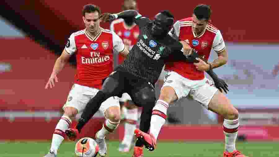 Sadio Mane, do Liverpool, em disputa de bola com Granit Xhaka, do Arsenal - Shaun Botterill/Pool via REUTERS