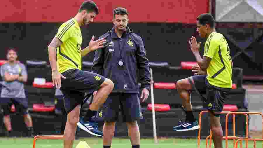 Gustavo Henrique e Pedro Rocha trabalham no CT do Flamengo sob olhares do preparador Roberto Oliveira - Marcelo Cortes / Flamengo