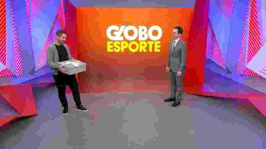 Felipe Andreoli presenteia Cesar Tralli em volta do Globo Esporte - Reprodução/Globo