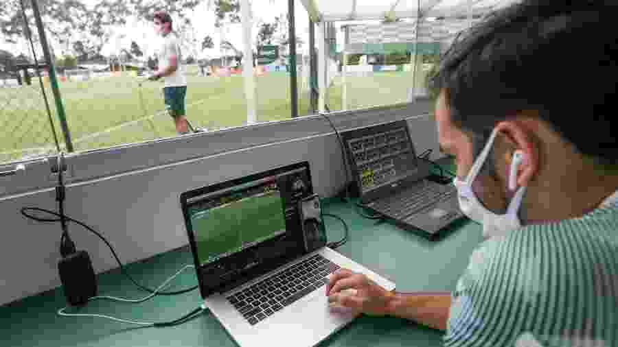 Abel Ferreira assiste a treino e conversa com o analista Tiago Costa no Palmeiras - Cesar Greco