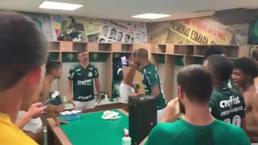 Felipe Melo comanda festa do Palmeiras após goleada sobre o Corinthians - Reprodução/Twitter