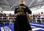 Por que roupão de R$ 3 mil da Versace virou uma maldição entre lutadores