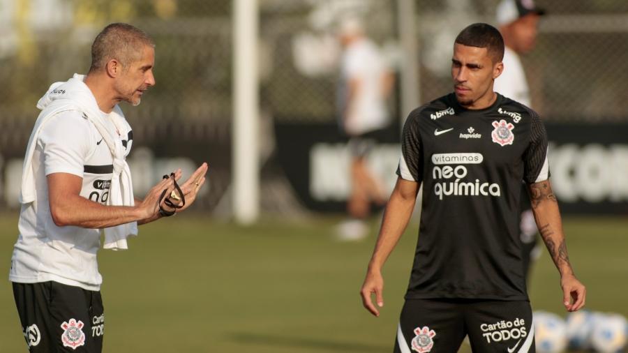 Sylvinho orienta o volante Gabriel em treino do Corinthians - Rodrigo Coca/Agência Corinthians