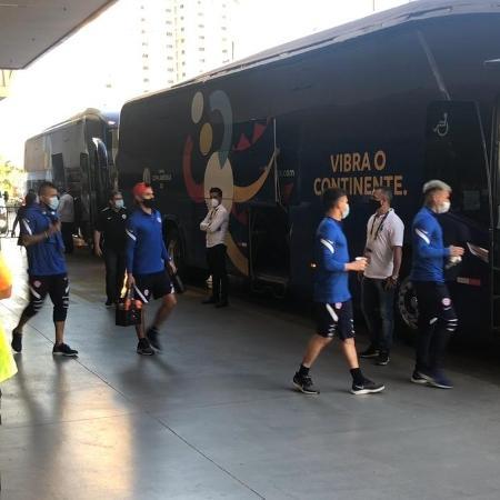Jogadores do Chile entram no ônibus a caminho do treino horas depois da federação confirmar rompimento da bolha - Bruno Braz / UOL Esporte - Bruno Braz / UOL Esporte