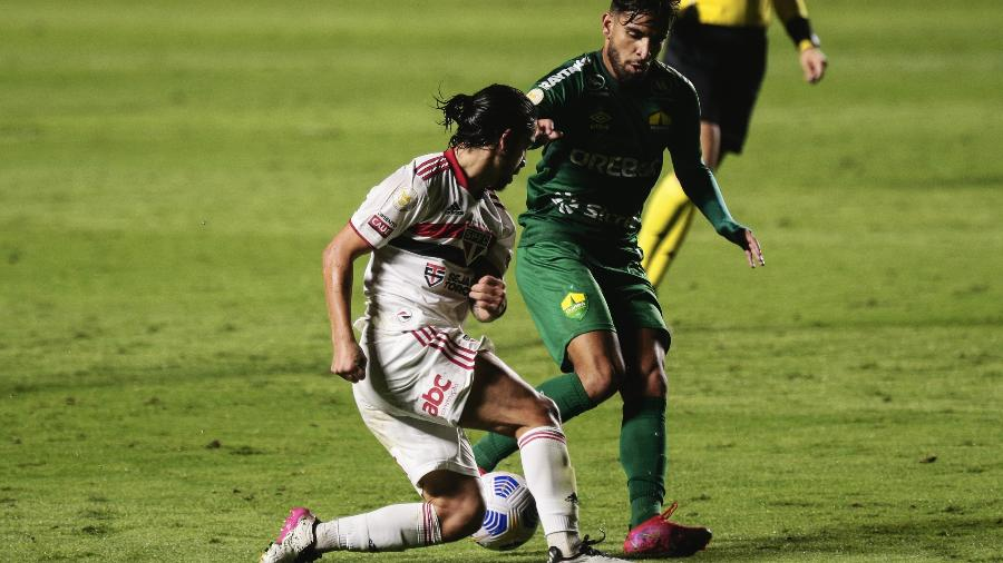 Benitez, do São Paulo, disputa lance com jogador do Cuiabá - Ettore Chiereguini/AGIF