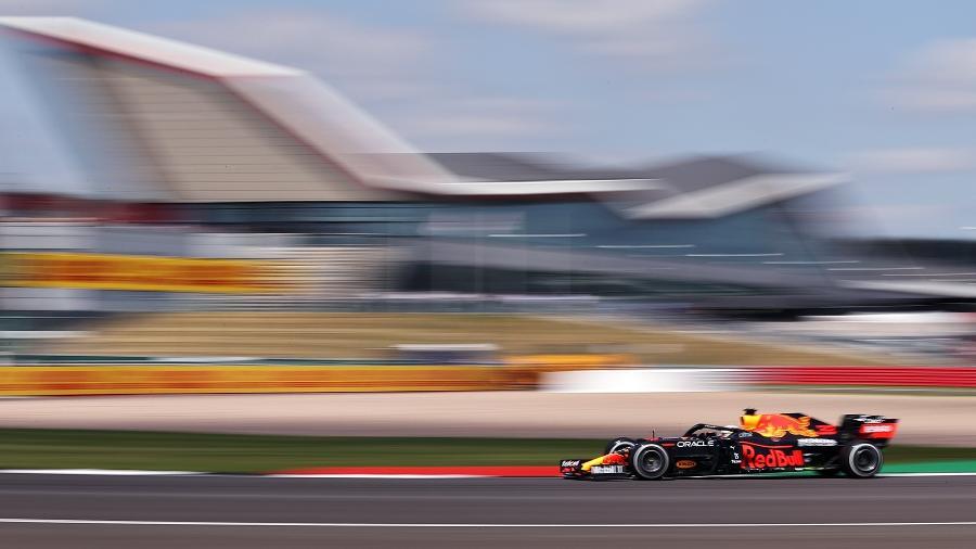 Verstappen, o mais rápido do primeiro treino livre do GP da Inglaterra, em ação em Silverstone - Red Bull