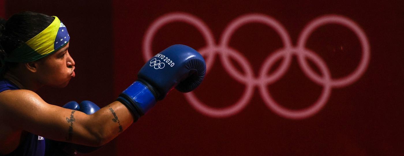 08.ago.2021 - Beatriz Ferreira em disputa da medalha de ouro no boxe - Ou Dongqu/Xinhua