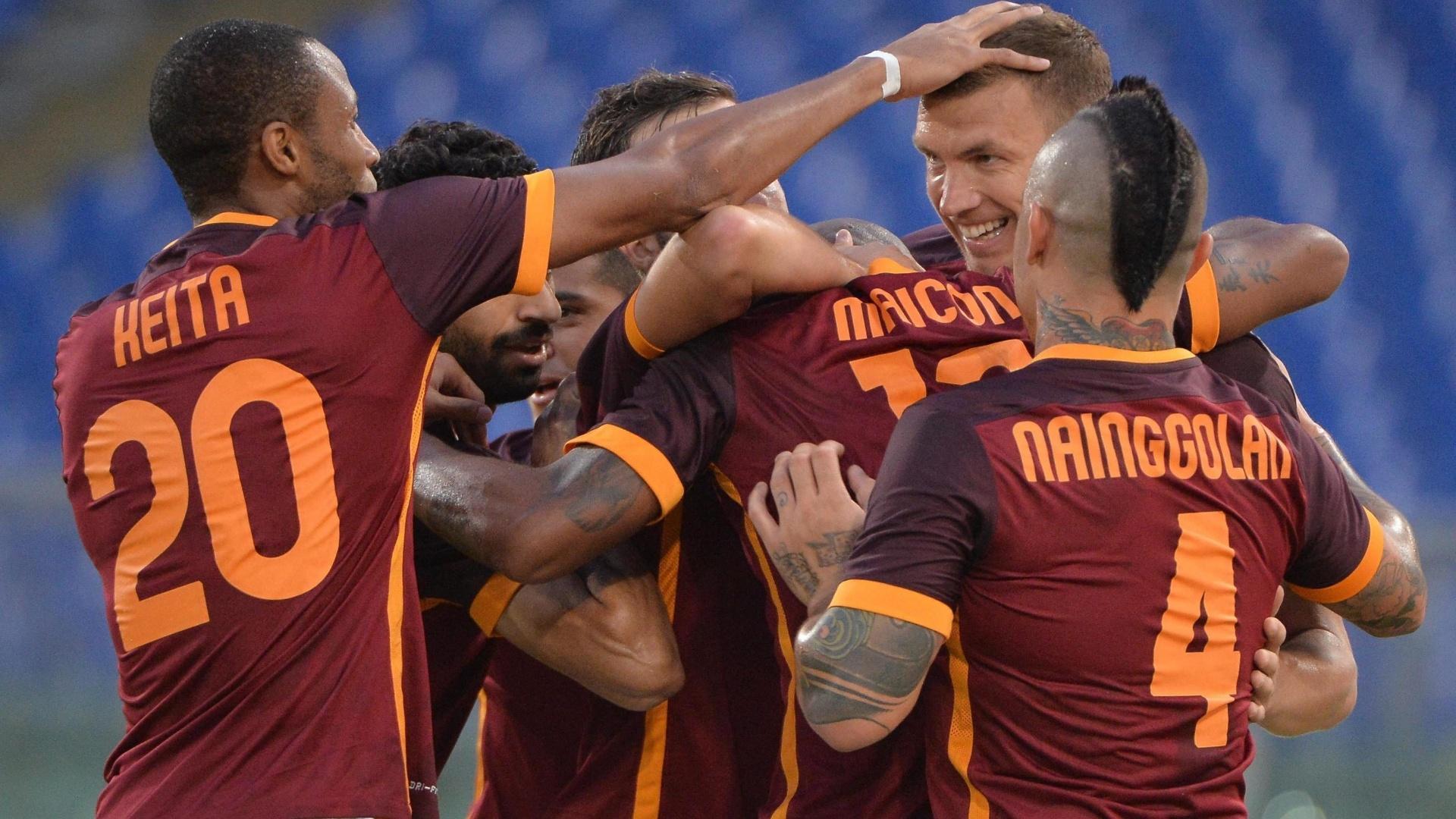 Jogadores comemoram após a Roma marcar mais uma vez contra o Sevilla