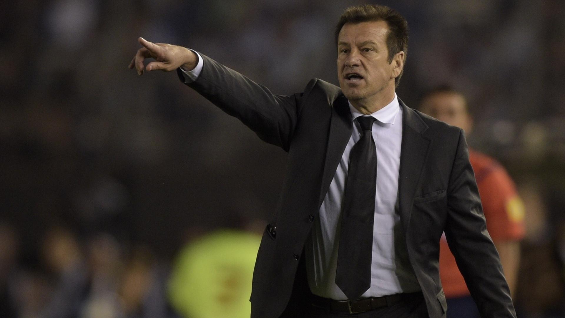 Dunga orienta a seleção no clássico entre Brasil e Argentina