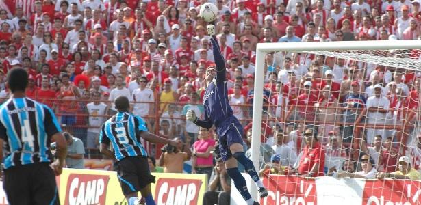 Galatto (ao centro) defendeu um pênalti em jogo Naútico x Grêmio, em 2005