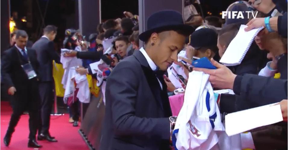 Neymar chega para entrega do Bola de Ouro com chapéu e gravata borboleta